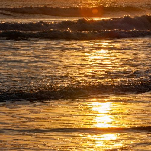 Der Moment, in dem der Sonnenuntergang ein einzigartiges Kunstwerk auf den Sandstrand malt... 03
