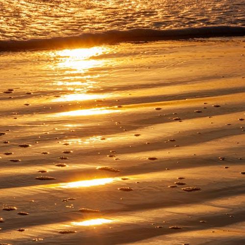 Der Moment, in dem der Sonnenuntergang ein einzigartiges Kunstwerk auf den Sandstrand malt... 01